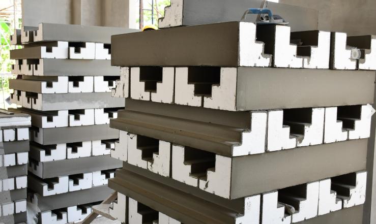 คิ้วบัวโฟม บัวโฟมeps คิ้วบัวโฟม คือ คิ้วบัวประดับที่มีน้ำหนักเบา ใช้ได้ทั้งภายในอาคารและภายนอกอาคาร คิ้วบัวโฟมมีความแข็งแรงทนทาน เสมือนคิ้วบัวปูน เนื่องจากส่วนภายนอกของคิ้วบัวโฟมจะเคลือบด้วยซีเมนต์ชนิดพิเศษ และด้านในจะเป็นเม็ดโฟมที่เราคุ้นหน้าคุ้นตากันอยู่แล้ว จึงทำให้คิ้วบัวโฟม มีความทนทานต่อทุกสภาพอากาศและมีการดูดซึมน้ำต่ำ จึงกั้นน้ำได้เป็นอย่างดี  ข้อดีข้องคิ้วบัวโฟม ราคาถูก สามารถลดต้นทุนค่าใช้จ่ายในการก่อสร้างได้ แทนที่จะใช้คิ้วบัวปูน ติดตั้งง่าย สะดวกรวดเร็วไม่ต้องใช้แรงงานมาก เป็นฉนวนกันความร้อนได้อย่างดี โดยจะกันความร้อนที่ผ่านเข้ามาทางรอยต่อของผนังและหลังคา มีรูปแบบให้เลือกมากมาย สามารถเลือกใช้ตกแต่งตามความต้องการของผู้ซื้อได้